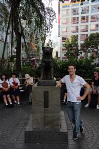 Sebastiaan met Hachi in Japan